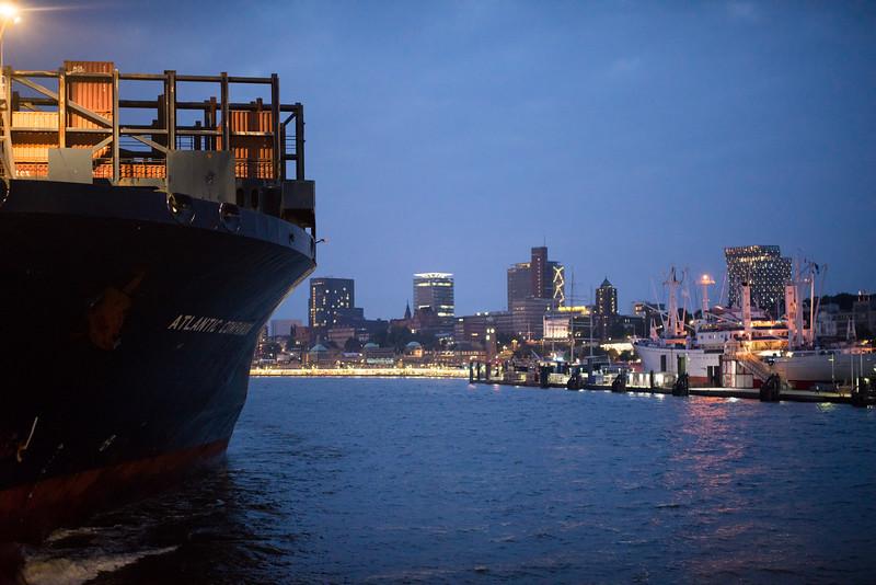 Containerschiff bei Nacht in Hamburg auf der Elbe