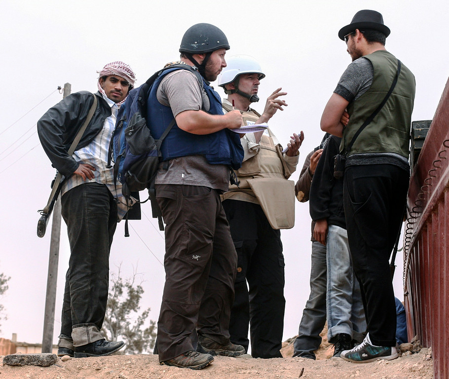. In this handout image made available by the photographer American journalist Steven Sotloff (Center with black helmet) talks to Libyan rebels on the Al Dafniya front line, 25 km west of Misrata on June 02, 2011 in Misrata, Libya.  Sotloff was kidnapped in August 2013 near Aleppo, Syria and was recently shown on a jihadist video in which fellow US journalist James Foley was executed.   In the video the militant form the Islamic State (IS) threatens to kill Sotloff next if the US continues its aerial campaign against the insurgency.  (Photo by Etienne de Malglaive via Getty Images)