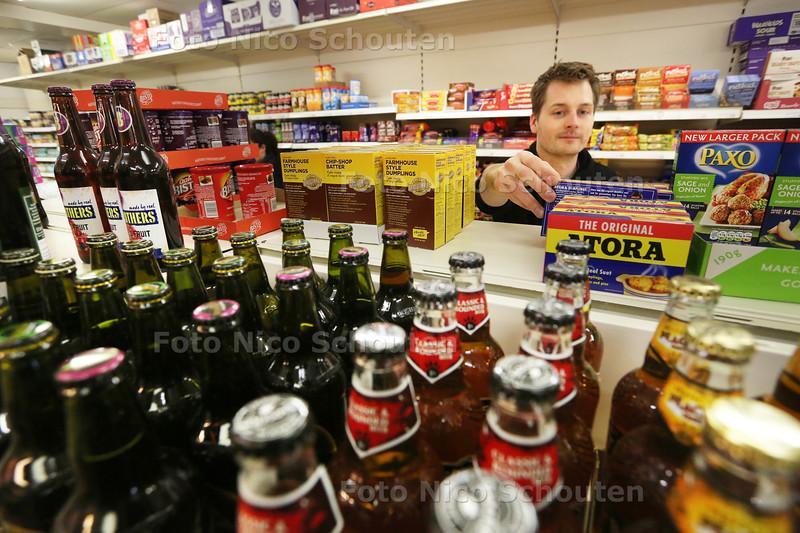 Medewerker Kick Mijlhof van de Engelse expatwinkel Kelly's - WASSENAAR 19 OKTOBE R2015 - FOTO NICO SCHOUTEN