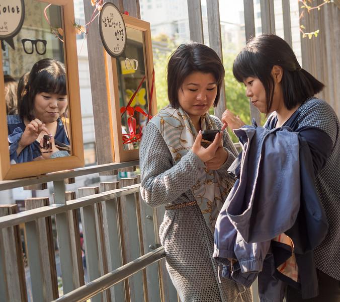 Girls at Ssamziegil, an artist's haven in Insadong-gil.