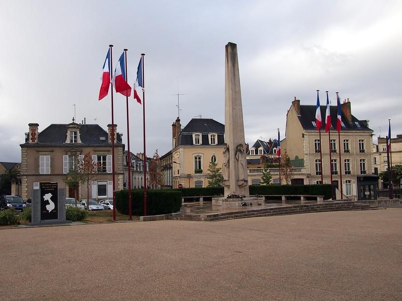 P7276277-war-monument.JPG