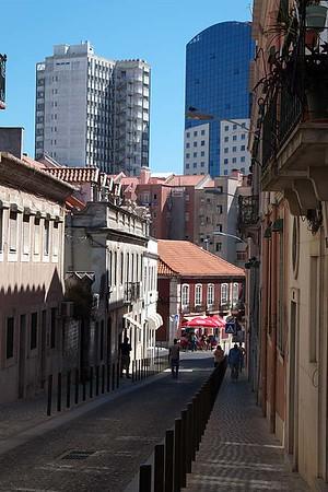 Across town from Aqueduto das Águas Livres to Castelo de São Jorge