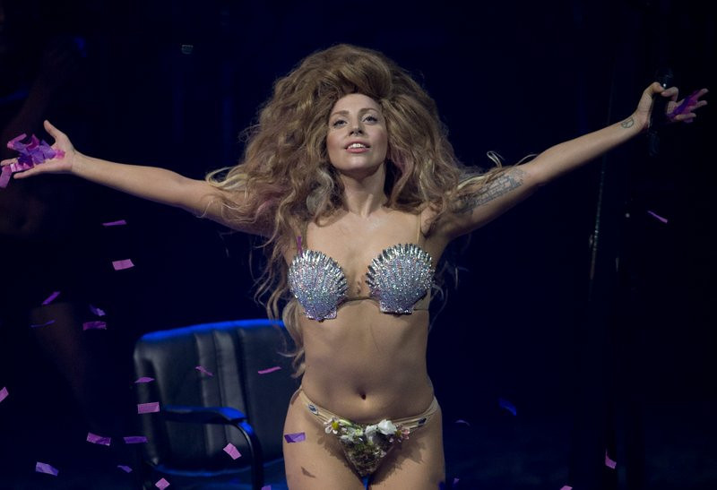 """. <p><b> Lady Gaga set a new standard over the weekend during a London performance when she did this for the first time ever on stage � </b> <p> A. Appeared completely naked <p> B. Sang on key <p> C. Stopped ripping off Madonna <p><b><a href=\'http://www.torontosun.com/2013/10/27/lady-gaga-completely-naked-onstage-at-gay-club\' target=\""""_blank\"""">HUH?</a></b> <p>     (Joel Ryan/Invision,file)"""