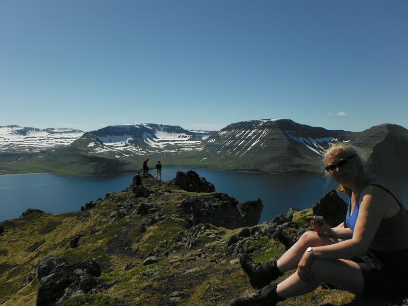 Guðný nýtur útsýnisins af Miðfelli