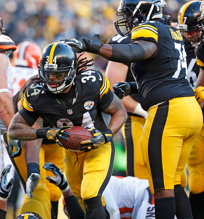 . Pittsburgh Steelers running back DeAngelo Williams (34) celebrates his touchdown with offensive tackle Chris Hubbard (74) during the second half of an NFL football game against the Cleveland Browns in Pittsburgh, Sunday, Jan. 1, 2017. (AP Photo/Jared Wickerham)