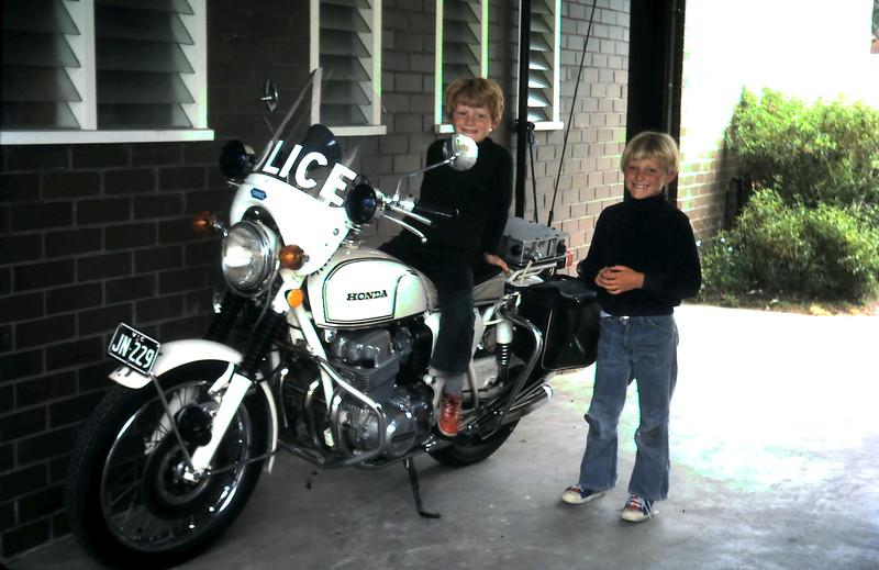 1976-12-26 (19) Allen 5 yrs 7 mths on Police bike @ Sorrento. Andrew 7 yrs 4 mths watching.JPG