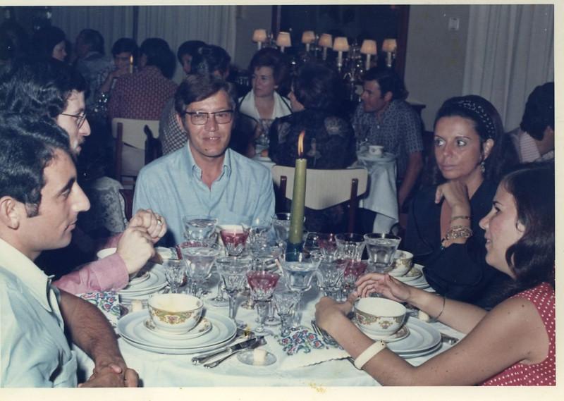 """Dundo 14 de Março, 1974 - """"Por do Sol"""" na K18 oferecido pelo casal Jorge Viegas ??, Moura Ferreira, Branco, Isabel Viegas, Luisa Aragão e Brito. Na mesa ao fundo está Jaime Lopes (Informática), Linda Monforte"""