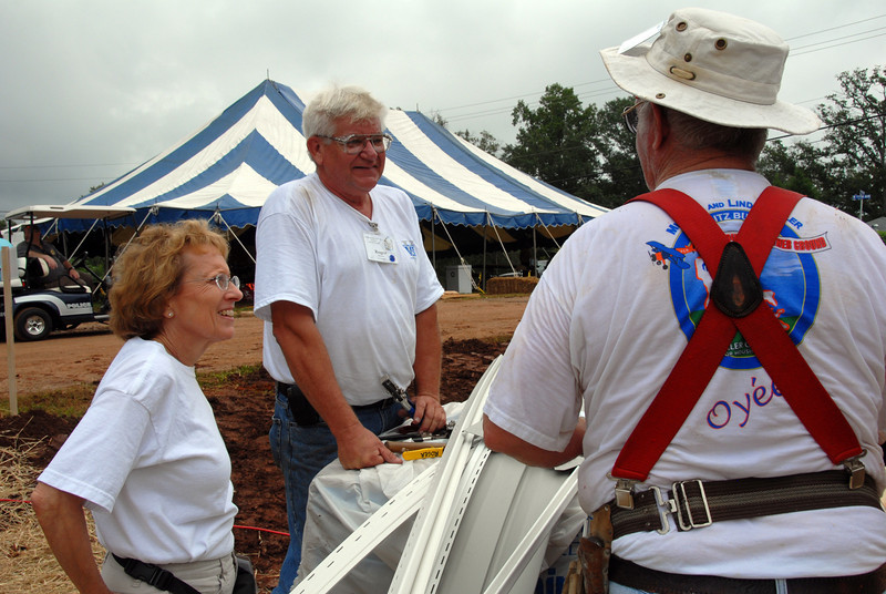 Jery Huntley of Vinyl Siding Institute, left, chatting with house leaders.