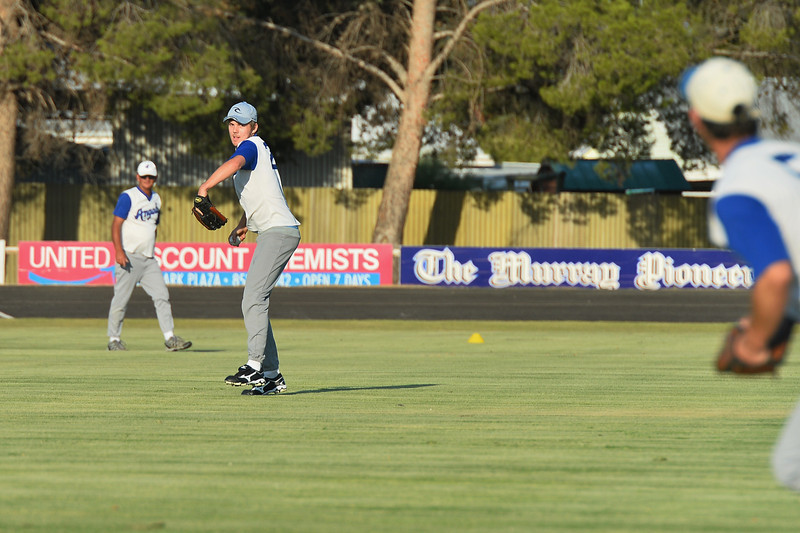 Dylan Blackley (Renmark) prepares to throw to 2nd base