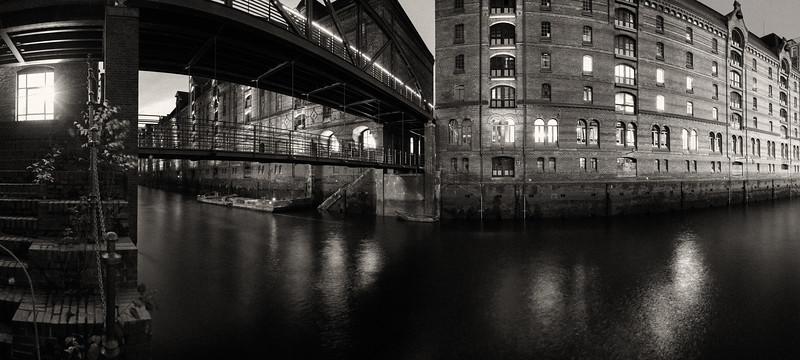Fleet in der Speicherstadt Hamburg schwarz-weiß in der Nacht