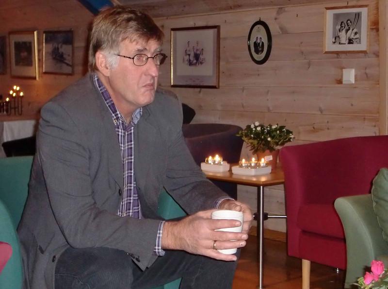 En tankefull Rune varmer seg på en kopp gløgg.