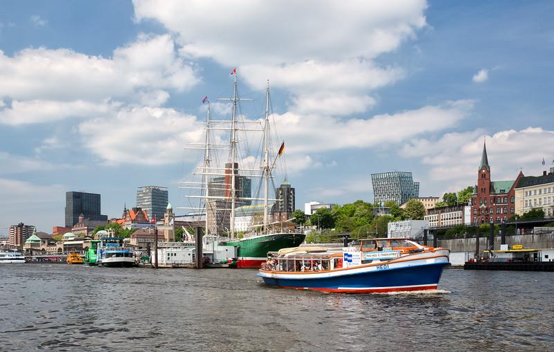Barkasse Hedi vor Landungsbrücken Hamburg Elbe im Sonnenschein