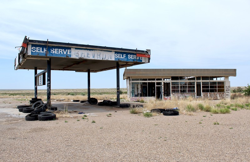 Abandoned Chevron station on I-40 off-ramp (2018)