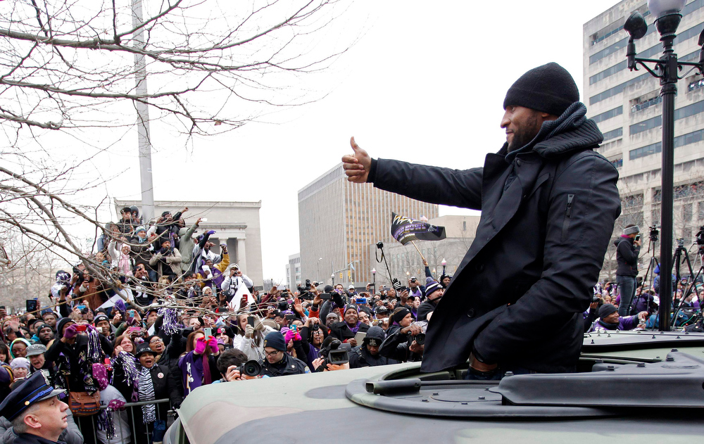 Description of . Baltimore Ravens retiring linebacker Ray Lewis gives a thumbs-up to fans on the team's parade route in Baltimore, Maryland February 5, 2013. The Ravens defeated the San Francisco 49ers to win the NFL championship. REUTERS/Richard Clement