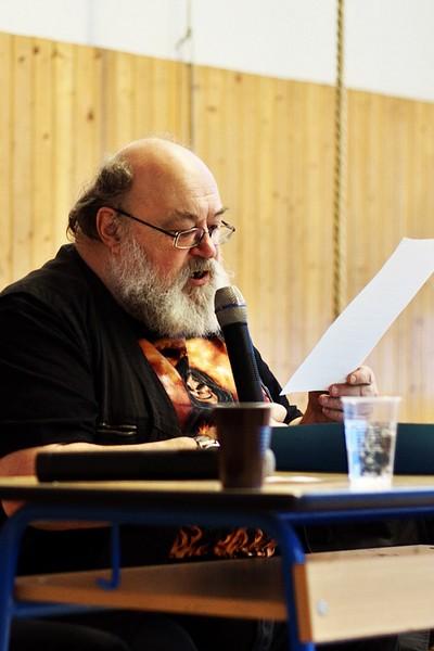 Jan Kantůrek se lidí v sále zeptal, komu je dvacet a méně let. Přihlásila se většina návštěvníků. Jan Kantůrek jim oznámil, že v době, kdy se narodili, už překládal díla Terryho Pratchetta.