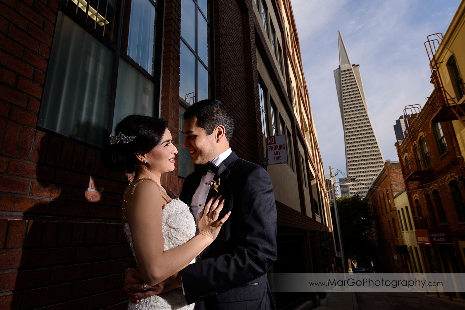 bride and groom with the Transamerica Pyramid in San Francisco