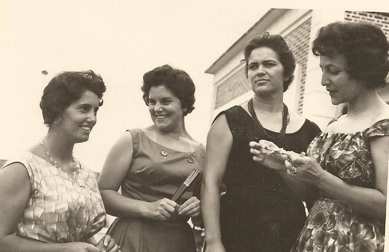 Andrada, nas escadas da Casa de Pessoal Celeste Pedro Alves, Helena Figueiredo, Laura Gomes de Araújo e Amelia Mendonca
