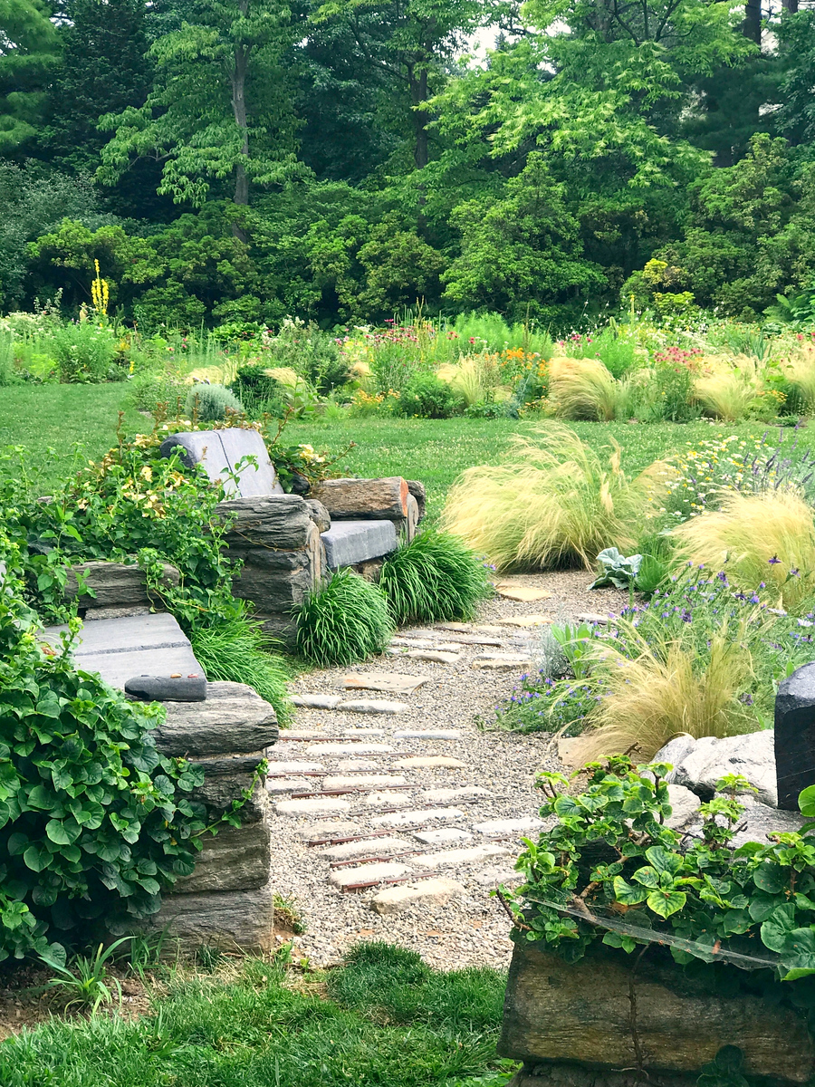 公园漫步,有特色的大石凳