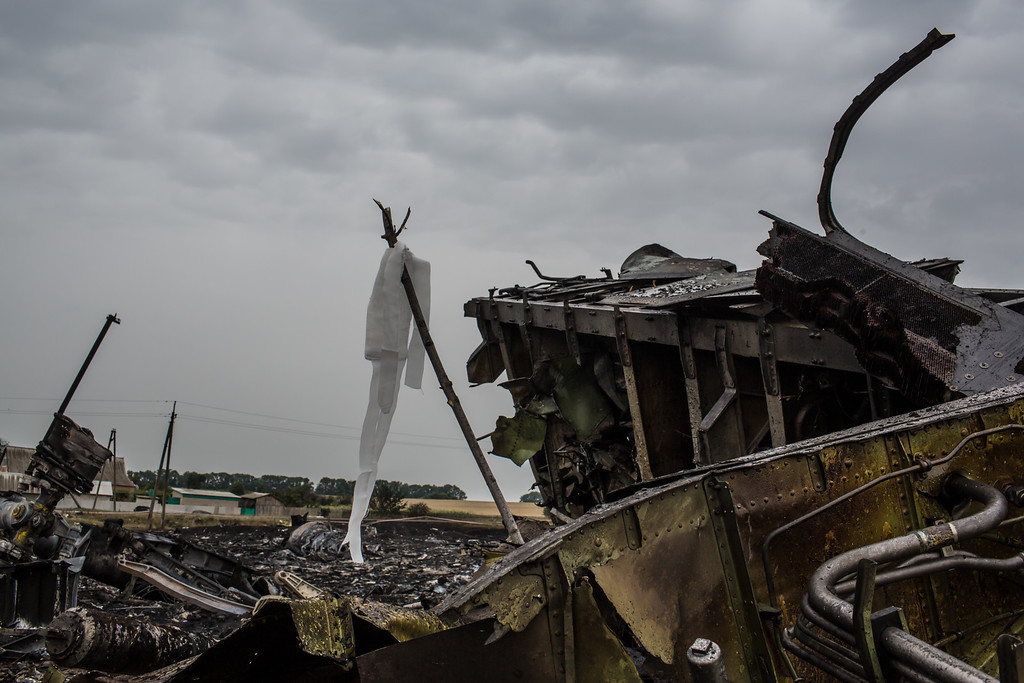 . Debris from an Air Malaysia plane crash, including a white ribbon tied to a stick which indicates the presence of human remains, lies in a field on July 18, 2014 in Grabovka, Ukraine. Air Malaysia flight MH17 travelling from Amsterdam to Kuala Lumpur has crashed on the Ukraine/Russia border near the town of Shaktersk. (Photo by Brendan Hoffman/Getty Images)