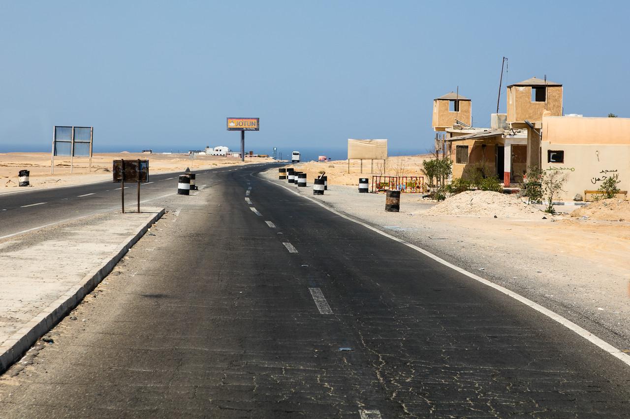 Egipt; Krajobraz; PrzezOknoAutobusu; Safari; pustynia; Posterunek kontrolny
