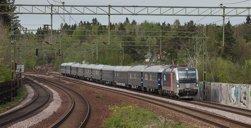 Railpool/Northrail Vectron 193 922 brings the Blå Tåget from Stockholm southbound through Stuvsta. Quite likely Scandinavia's nicest passenger train.