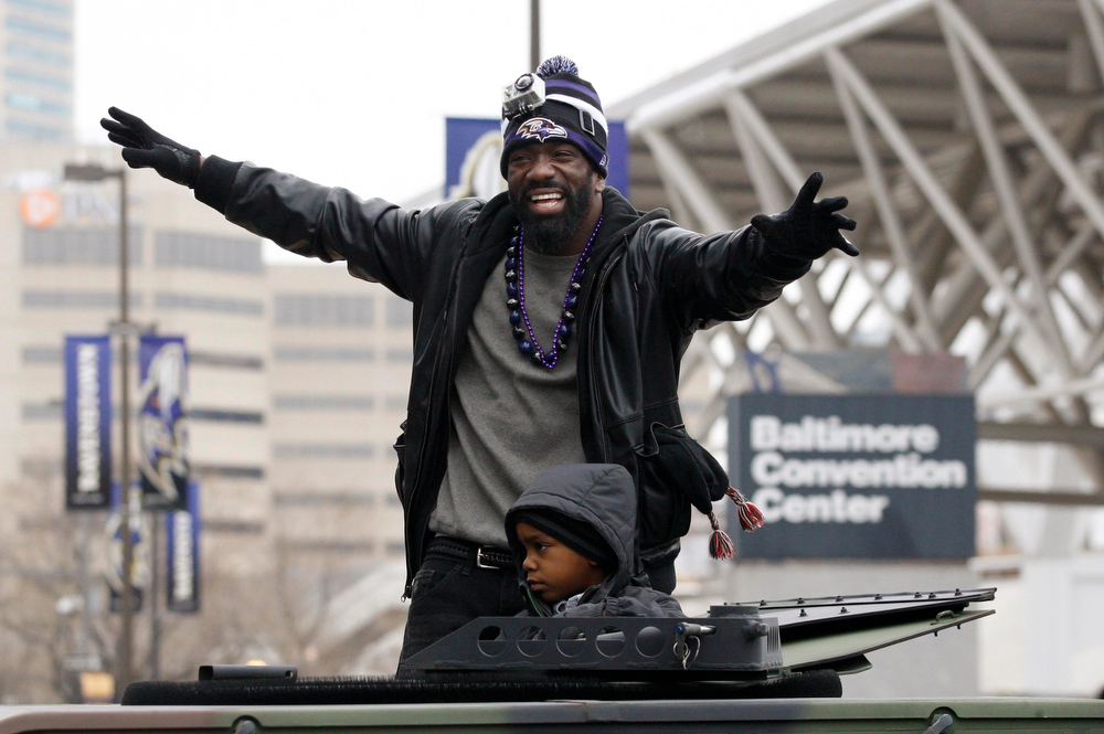 Description of . Baltimore Ravens safety Ed Reed waves to the crowd gathered on the team's parade route in Baltimore, Maryland February 5, 2013. The Ravens defeated the San Francisco 49ers to win the NFL championship.    REUTERS/Richard Clement