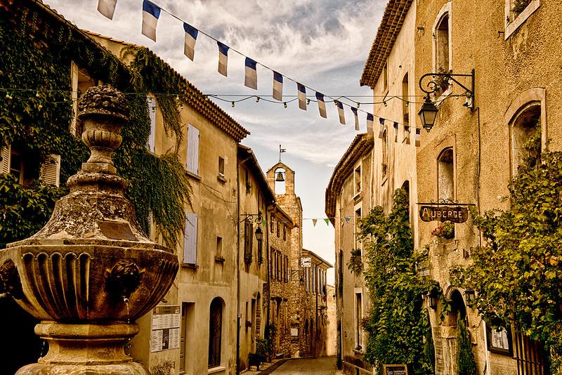 Quiet street in Venasque