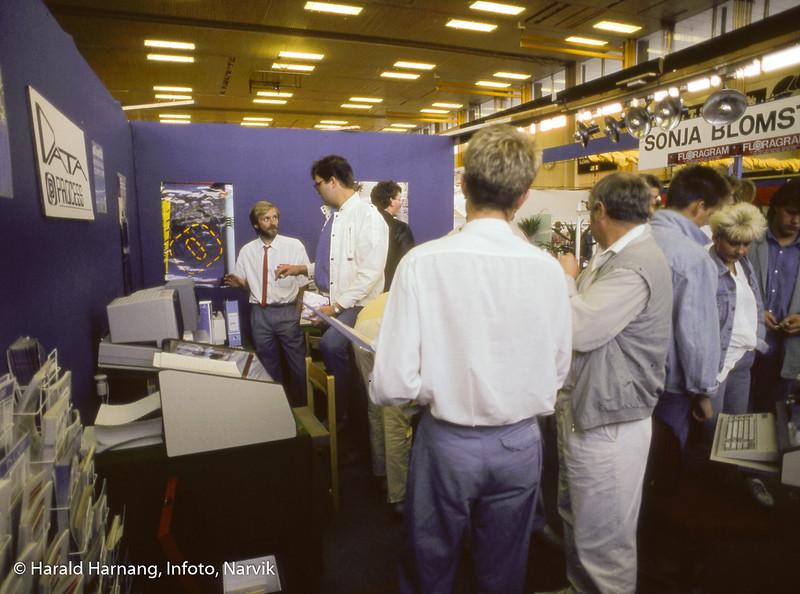 Messe i Idrettens hus. På bildet relativt nyoppstartet bedrift Data Prosess, med eier Karstein Utheim til venstre i bildet.