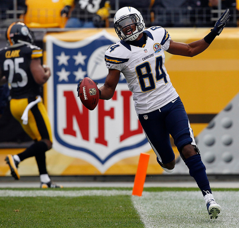 . San Diego Chargers\' Danario Alexander scores against the Pittsburgh Steelers as Pittsburgh\'s Ryan Clark (25) trails him in the second quarter of their NFL football game in Pittsburgh, Pennsylvania, December 9, 2012.  REUTERS/Jason Cohn