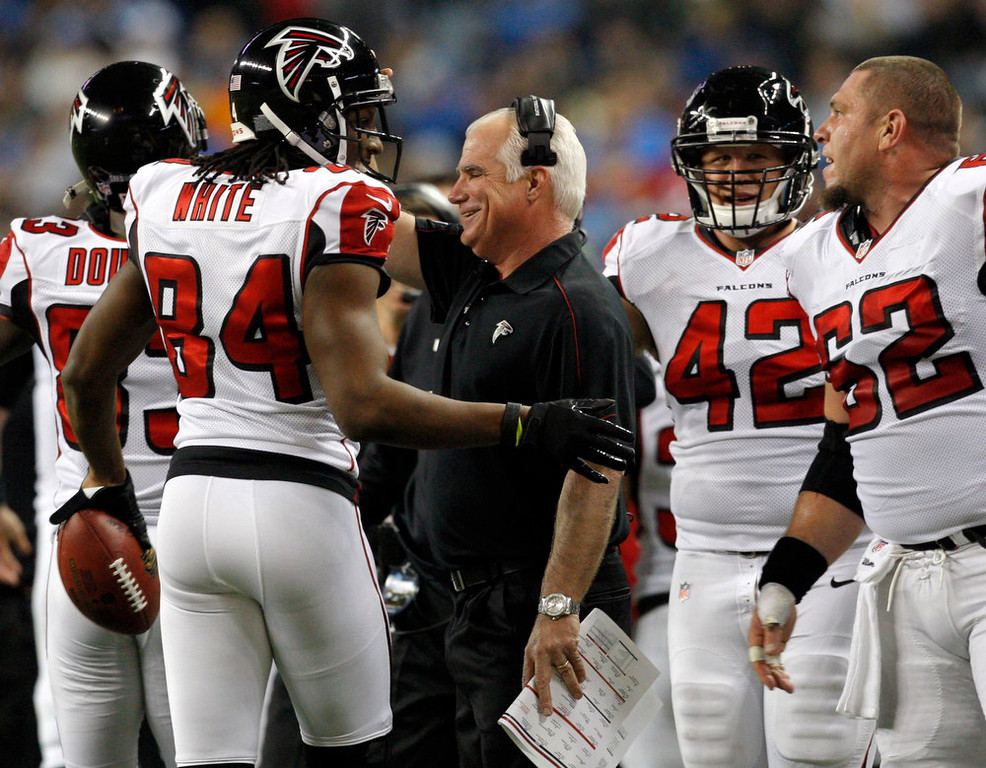 . Atlanta Falcons head coach Mike Smith (C ) congratulates wide receiver Roddy White (L ) after his touchdown against the Detroit Lions during the first half of their NFL football game in Detroit, Michigan December 22, 2012. REUTERS/Rebecca Cook