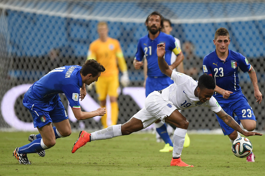 . England\'s midfielder Raheem Sterling (C) falls to the ground as Marco Verratti (R) and Matteo Darmian (L) defend during a Group D football match between England and Italy at the Amazonia Arena in Manaus during the 2014 FIFA World Cup on June 14, 2014.  AFP PHOTO / FABRICE COFFRINI