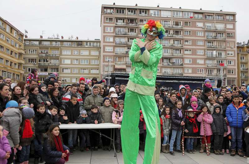 . A clown performs during a celebration marking the fifth anniversary of Kosovo\'s declared independence from Serbia in Pristina February 17, 2013. Kosovo marked five years since it seceded from Serbia on Sunday, with flag-filled streets, a military parade and growing signs of progress in EU-mediated talks to regulate relations between the Balkan neighbors. Majority-Albanian Kosovo declared independence in 2008 with the backing of the Western powers which waged a NATO air war in 1999 to wrest control of the territory from late Serb strongman Slobodan Milosevic.   REUTERS/Hazir Reka