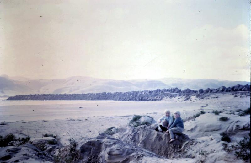 1968-8 (21) Susan 3 yrs 1 mth, David 4 yrs 8 mths @ San Remo.JPG
