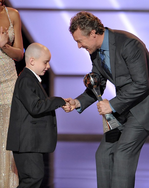 . Tate Donovan, right, presents the award for best moment to Jack Hoffman at the ESPY Awards on Wednesday, July 17, 2013, at Nokia Theater in Los Angeles. (Photo by John Shearer/Invision/AP)