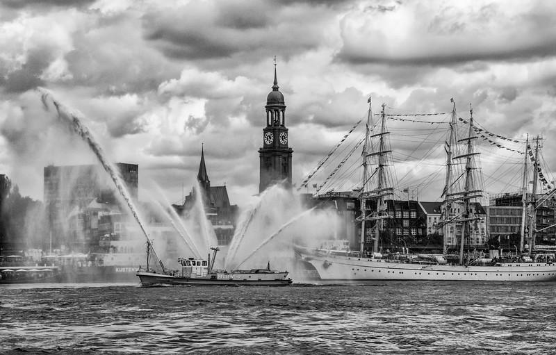 Feuerlöschboot mit Wasserfontäne vor den Landungsbrücken Hamburg