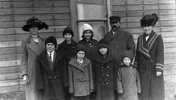 Edward Nelson family with Aunt Hannah, Lily, and Lloyd Sather 002.jpg