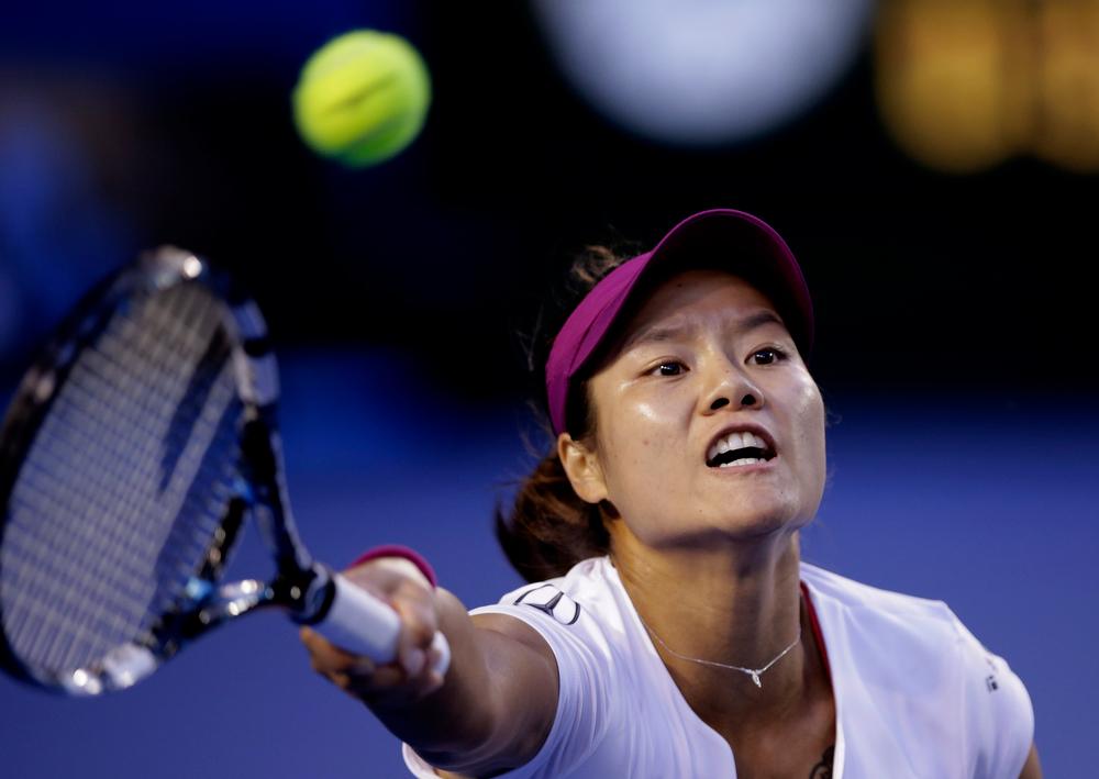 . Li Na of China makes a forehand return to Dominika Cibulkova of Slovakia during their women\'s singles final at the Australian Open tennis championship in Melbourne, Australia, Saturday, Jan. 25, 2014.(AP Photo/Rick Rycroft)