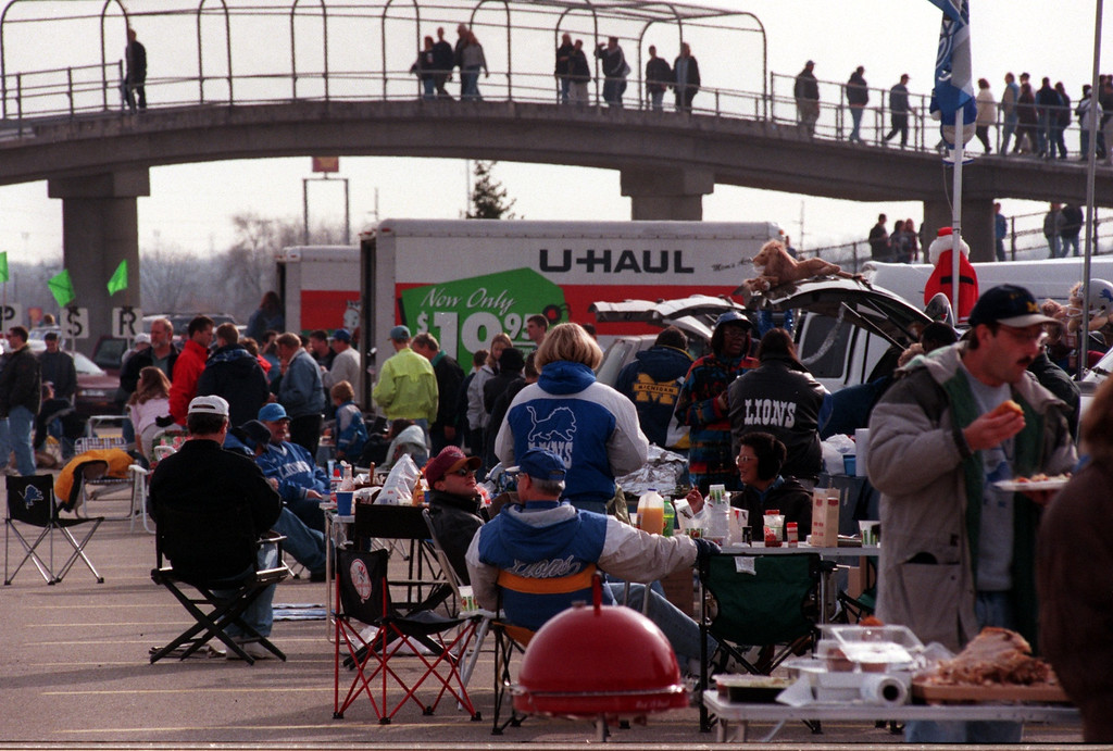 . Turkey Day tailgating before the Lions and Bears game. Detroit beat Chicago, 21-17, on Thanksgiving Day at the Pontiac Silverdome, Thursday, November 25, 1999.