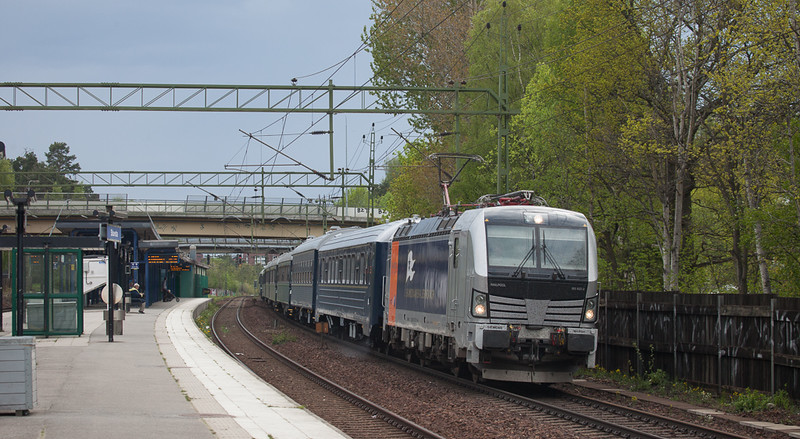 Railpool/Northrail Vectron 193 922 with the Blå Tåget to Stockholm passes through Stuvsta.