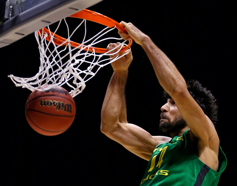 . Oregon Ducks forward Arsalan Kazemi (14) dunks against the Louisville Cardinals during their Midwest Regional NCAA men\'s basketball game in Indianapolis, Indiana, March 29, 2013. REUTERS/Matt Sullivan