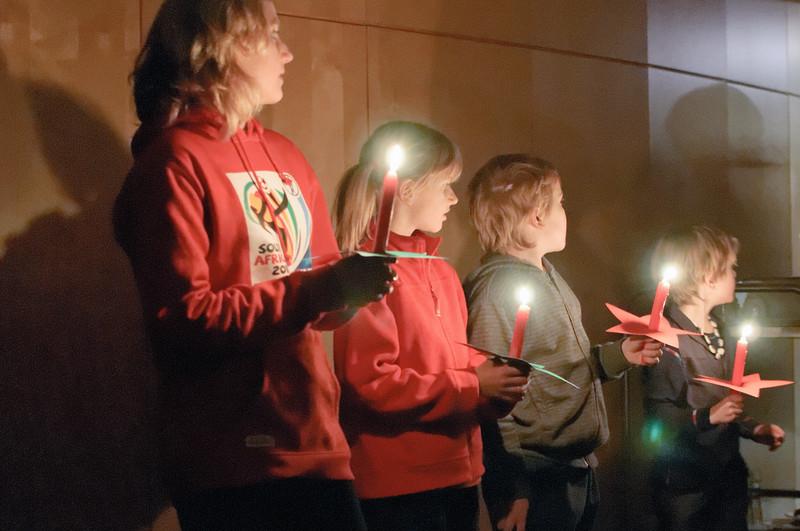 Dann wurde es dunkel. Die Kinder warteten gespannt auf den Nikolaus und Knecht Ruprecht,