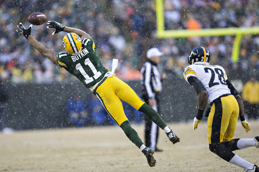 . Jarrett Boykin #11 of the Green Bay Packers reaches out but misses a pass against the Pittsburgh Steelers at Lambeau Field on December 22, 2013 in Green Bay, Wisconsin.  The Steelers defeated the Packers 38-31.  (Photo by Wesley Hitt/Getty Images)