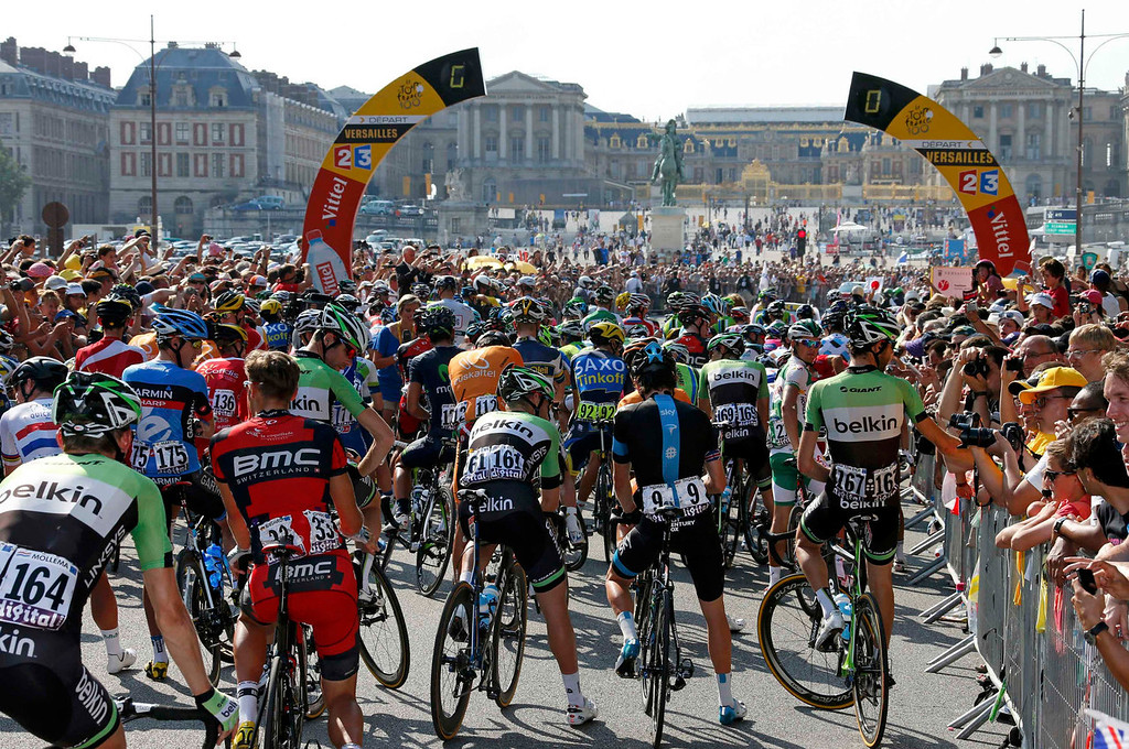 . The pack of riders prepares to start the 133.5km final stage of the centenary Tour de France cycling race in front of the Chateau de Versailles (Versailles Palace) during the 133.5km final stage of the centenary Tour de France cycling race from Versailles to Paris Champs Elysees, July 21, 2013. REUTERS/Benoit Tessier