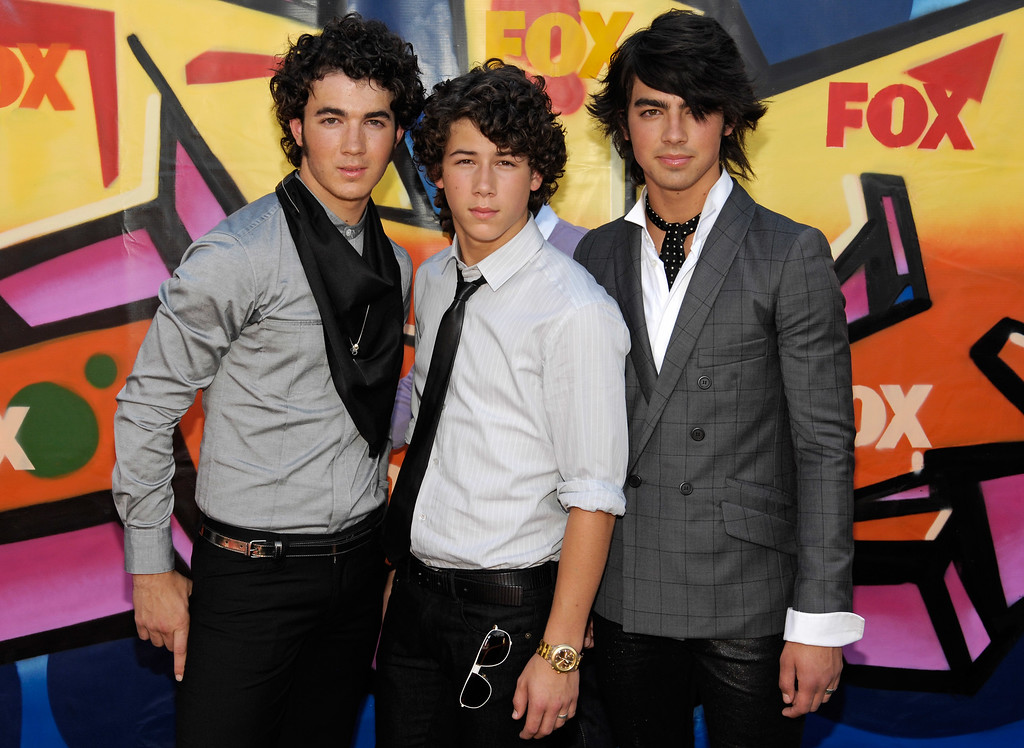 . From left, Nick Jonas, Kevin Jonas and Joe Jonas of the The Jonas Brothers arrive at the Teen Choice Awards in Universal City, Calif., Sunday, Aug 26, 2007.  (AP Photo/Chris Pizzello)