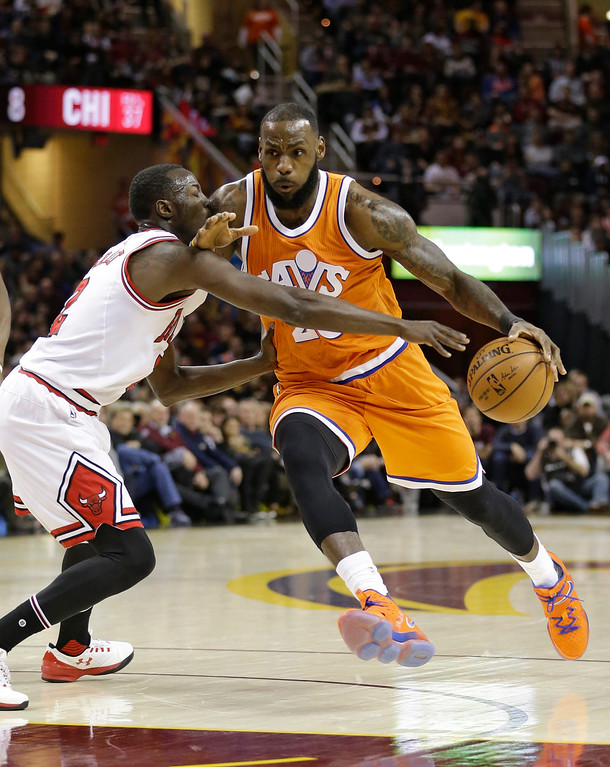 . Cleveland Cavaliers\' LeBron James, right, drives against Chicago Bulls\' Jerian Grant in the first half of an NBA basketball game, Wednesday, Jan. 4, 2017, in Cleveland. (AP Photo/Tony Dejak)