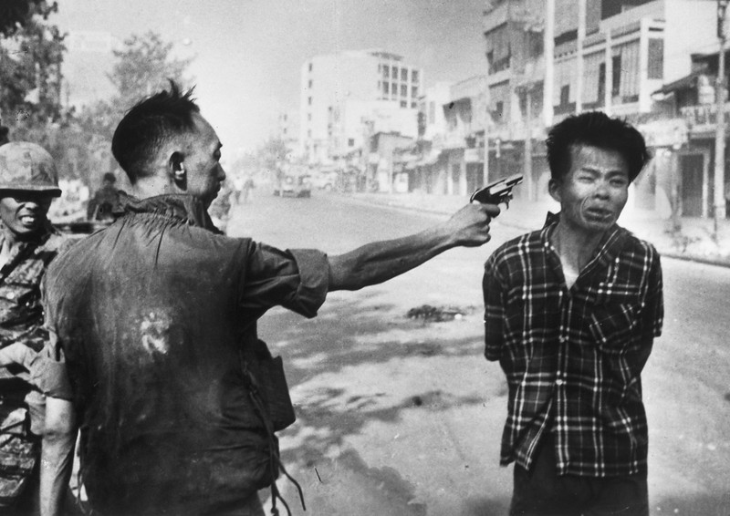 World Famous Photos - General Nguyen Ngoc Loan Executing a Viet Cong Prisoner - Eddie Adams – 1968