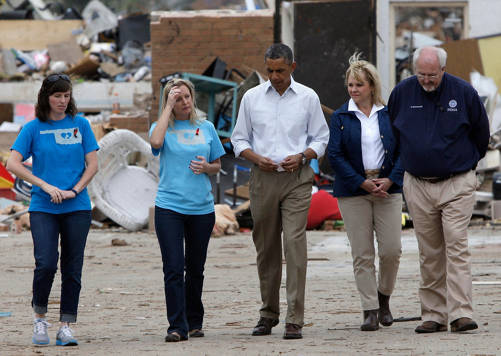 . U.S. President Barack Obama (C) walks with Plaza Tower Elementary School Principal Amy Simpson (2nd L), Oklahoma Governor Mary Fallin (2nd R), and FEMA Administrator Craig Fugate (R) in Moore, Oklahoma, May 26, 2013. Nearly one week ago a monster tornado ravaged the town, destroying the school and  killing 24 people.  REUTERS/Jonathan Ernst