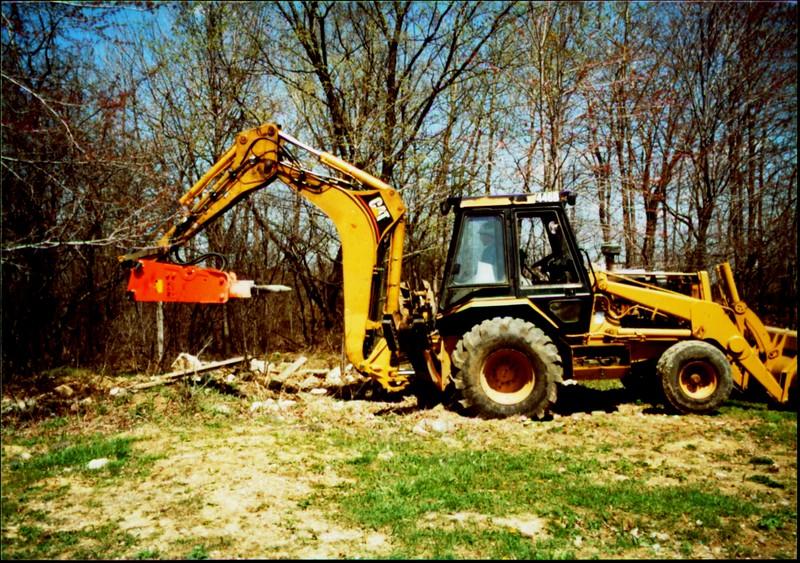 NPK E207 hydraulic hammer on Cat backhoe - one piece bracket at NPKCE 4-20-01 (8).JPG