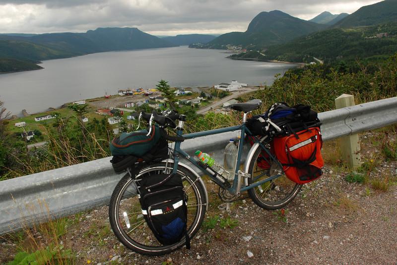 <html><span class=fre>Mon vélo et baie de Bonne - Parc national de Gros Morne, Terre-Neuve</span> <span class=eng>My bike and Bonne bay - Gros Morne national park, Newfoundland</span></html>