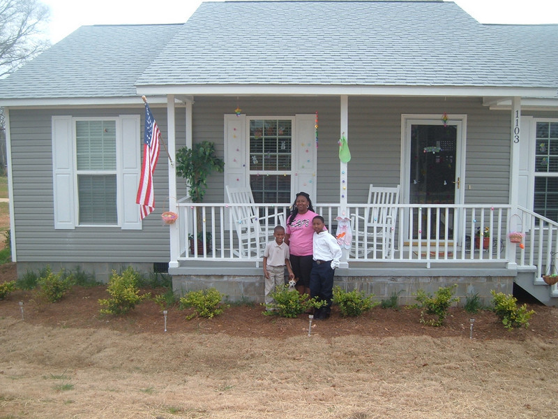 10 04 House #20 all decorated for Easter. Homeowner Partner Latasha Billingsley with children Lavonte and KK.  kr